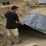 Laurent Iparraguirre, pose de la bâche EPDM sur un chantier de création de mare à Pompignan (Gard)